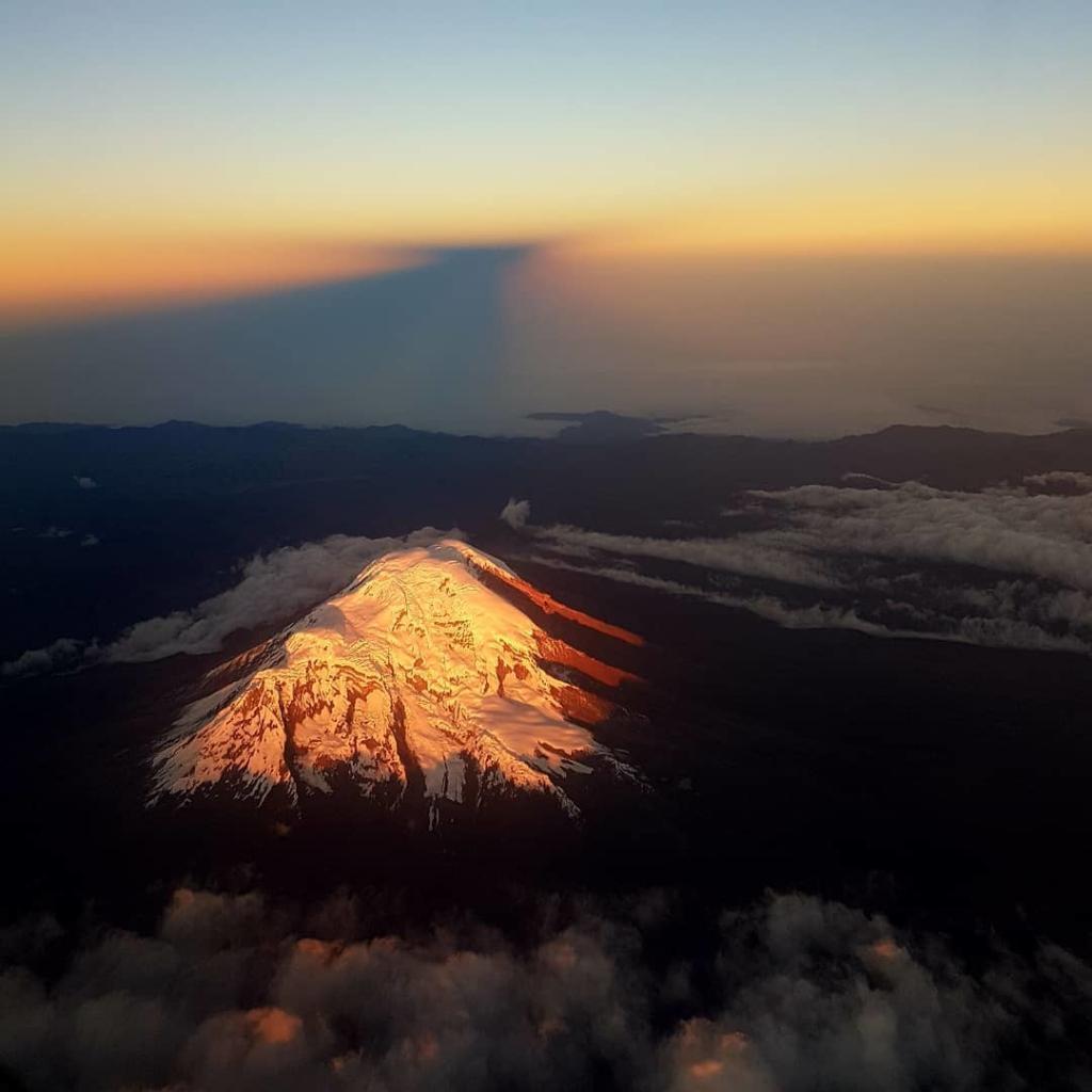Espectacular amanecer en el Chimborazo desde el aire