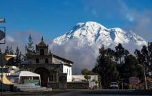 Hermosa toma del Chimborazo desde Balvanera por la carretera (fotografía tomada desde la furgoneta)