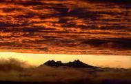 """""""El Altar"""" entre las nubes en el amanecer."""