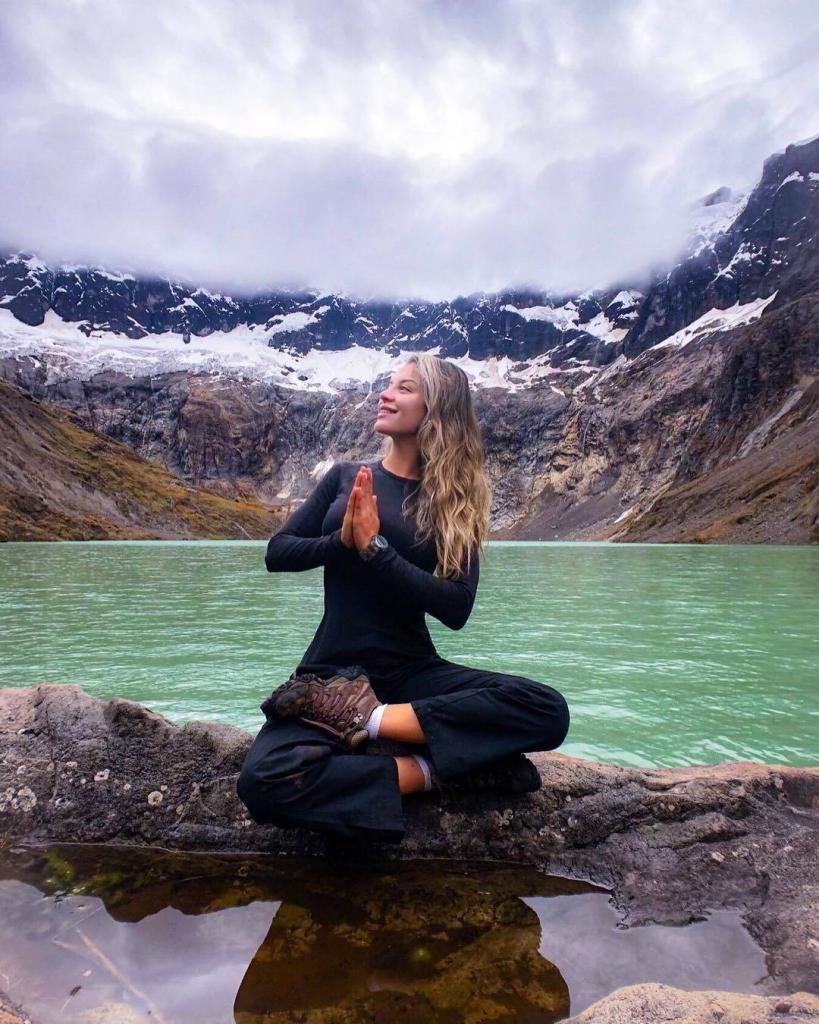 Turistas de España disfrutando de uno de los volcanes más hermosos del mundo, El Capac Urco - El Altar