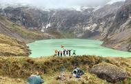 Turistas de España disfrutando de uno de los volcanes más hermosos del mundo, El Capac Urco – El Altar