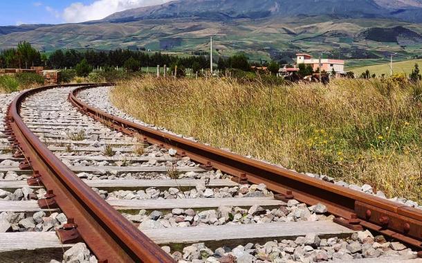 Hermosa toma del Chimborazo y las rieles del Ferrocarril