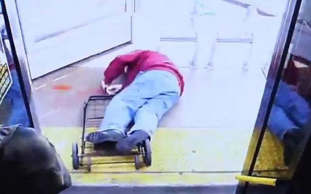 Muere anciano tras ser empujado fuera de un autobús