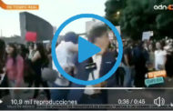 Video: Un periodista fue brutalmente golpeado cuando transmitía en vivo una marcha contra la violencia de género. 😲🤜💥🎤 .