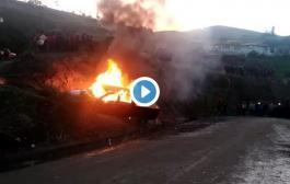 Video: Comuneros QUEMARON un carro de presuntos LADRONES de ovejas