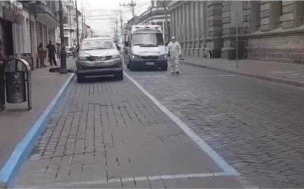 VIDEO: Hombre falleció de un paro cardíaco en la vía pública en Riobamba.
