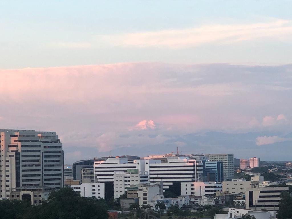 Cuando el cielo está despejado, el Chimborazo puede ser visto a 142 km de distancia en la ciudad de Guayaquil.