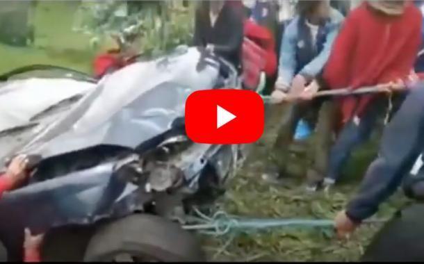 VIDEO: IMPRESIONANTE | Indígenas ecuatorianos sacan un carro accidentado en Chimborazo